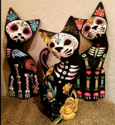 Day of the Dead Gatos, this would be a cool Halloween decoration Samhain, Candy Skulls, Sugar Skull Cat, Sugar Skulls, Day Of The Dead Art, Wooden Cat, Mexican Folk Art, Art Plastique, Skull Art