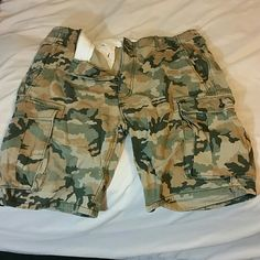 Levi Camo Mens Cargo shorts Size mens 36 waist Levi camo green and brown. Only worn and washed gently once. 22 length. Levi's Shorts Cargo