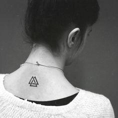 Tatouage Triangle Noir-et-blanc sur Cou Femme