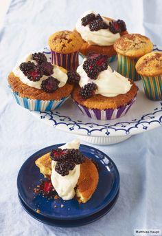 Marmor-Brombeer-Cupcakes - aus Schokoladen-Rührteig mit Frischkäse-Sahne-Topping - http://www.essen-und-trinken.de/rezept/399318/marmor-brombeer-cupcakes.html?utm_source=nl&utm_medium=email&utm_campaign=eutback