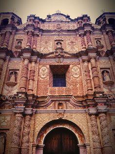 Arquitectura barroca con cantera gris y revestimientos de tezontle - Iglesia de Santo Domingo, San Cristóbal de las Casas, Chiapas.