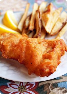 Beer battered fish and chips. homemade tartar sauce to dip: mayo, sour cream, dried dill and lemon. Yummy, yes! Fish Dishes, Seafood Dishes, Seafood Recipes, Cooking Recipes, Cooking Bacon, Main Dishes, Seafood Gumbo, Fried Fish Recipes, Cooking Beets