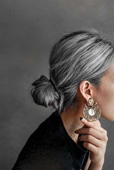 Grey Hair Care, Grey Hair Inspiration, Gray Hair Highlights, Transition To Gray Hair, Silver Grey Hair, Great Hair, Hair Dos, Gorgeous Hair, Hippie Style
