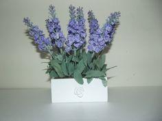 Arranjo de Lavandas provençal ideal para decoração,cachep6o em madeira MDF ,flores artificiais com aplique de resina flor