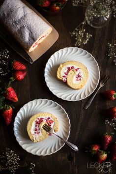 Bisquitrolle backe ich sehr gerne, weil man sich mit den Füllungen ganz kreativ ausleben kann. Heute haben es Quark und Erdbeeren in die Mitte geschafft.