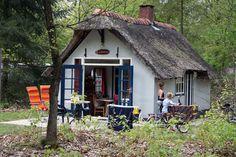Op De Berenkuil staan twee sprookjesachtige Hans- en Grietjehuisjes. Boek deze vakantiehuisjes online of bel met 0592-501242.