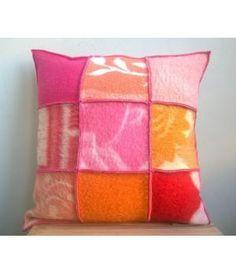 Kussenhoes van retro wollen dekens in roze/ rode/ oranje tinten. Deze kussenhoes sluit met een knoopsluiting aan de achterzijde en is 50-50 cm. Inclusief binnenkussen.