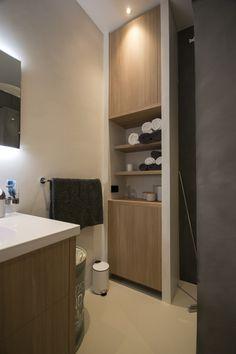 Handdoeken kast voorzien van open vakken. Bathroom Inspiration, Toilet, Bathtub, Interior, Modern, Attic, Amsterdam, Mountain, Home