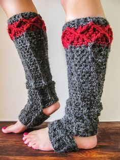 This quick and easy pattern is great for yoga practice. Strong and great looking, this pair is the perfect item to complete your yoga look. The chunky Stirrup Leg Warmers by Lorna Watt are a great gift for any yoga lover, including you! They will keep your ankles warm and safe while adding style to …