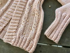 Cardigan Rose com Pérolas Cardigan Rosa, Knit Cardigan Pattern, Knitting, Sweaters, Fashion, Ladies Trench Coat, Wool Coats, Wool Sweaters, Knitted Hats