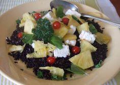 Ensalada de arroz negro con piña y queso feta