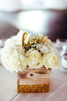Gold decoration for wedding is sophisticate, elegant and timeless. Gold wedding decorations are fine basic or accent color for any time of the year. Wedding Table, Diy Wedding, Wedding Flowers, Dream Wedding, Wedding Ideas, Glamorous Wedding, Wedding Bells, Elegant Wedding, Wedding Photos