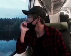 Đi du lịch cùng Taehyung sẽ rất lãng mạn dù bạn chỉ mải mê ngắm nhìn gương mặt của anh ấy.