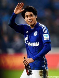 Atsuto Uchida - FC Schalke 04 - RB - #22 Super assist!!! National Football Teams, Football Soccer, Football Players, Fifa, Samurai, Athlete, Baseball Cards, Celebrities, Sports