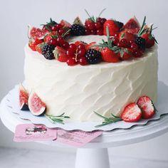 Белые торты - волшебно ✨ А вам больше нравятся белые, со стекающим шоколадом или яркие цветные? ☺️ #foodbookcake