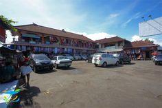 Ini jejeran toko di sebelah gedung utama Pasar Seni Sukawati. Lapangan parkir ini di jam-jam rame pasti penuh, membludak sampe ke jalan raya.