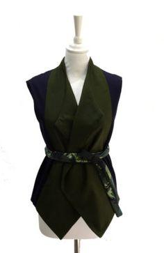 Veste sans manches avec col revers bi-color bleu marine et kaki. Peut se porter avec ou sans une ceinture.