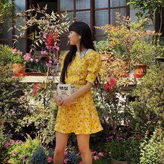 Khám phá những bí quyết mặc đẹp giúp diễn viên Gong Hyo Jin duy trì được vẻ ngoài trẻ trung, sành điệu ở tuổi 40.  #gonghyojin #style Elle Fashion, Seoul Fashion, Short Sleeve Dresses, Dresses With Sleeves, Instagram, Style, Swag, Sleeve Dresses, Stylus