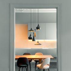 Esszimmer Einrichtung von dopo domani: großer Esstisch aus Holz, schlichte Stühle und eine Sammlung verschiedener Lampen | creme berlin