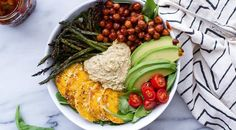 A mishmash of protein, veggies and grains, the Buddah bowl is an easy way to use up leftover produce. Healthy, efficient and delicious? Try these recipes. Whole Foods, Whole Food Recipes, Dinner Recipes, Cooking Recipes, Cookbook Recipes, Clean Eating, Healthy Eating, Best Post Workout Food, Plats Healthy