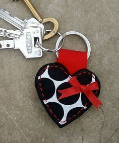 heart keying, could be made of felt Felt Keyring, Diy Keychain, Keychains, Fabric Crafts, Sewing Crafts, Sewing Projects, Diy And Crafts, Arts And Crafts, Creation Couture