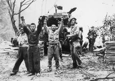 US marine capturing north Korean prisoners of war. Korean War Pin by Paolo Marzioli Douglas Macarthur, Kim Jong Un, Rare Historical Photos, Korean People, Prisoners Of War, Us Marines, Korean War, Rare Pictures, American Soldiers