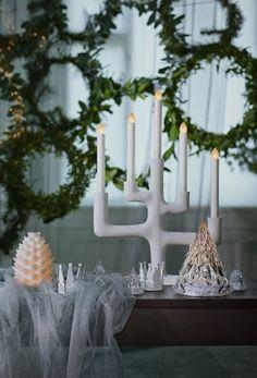 The white IKEA STRÅLA candelabra on a table in front of festive wreaths. The white IKEA STRÅLA candelabra on a table in front of festive wreaths. Ikea Xmas, Ikea Christmas, Cozy Christmas, Christmas Themes, White Christmas, Ballon Led, Ikea 2018, Interior Ikea