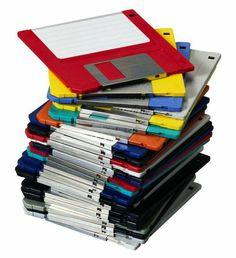Kleine moderne floppy disk, is nog niet zo heel erg oud Retro Toys, Vintage Toys, Retro Vintage, Childhood Memories 90s, Good Old Times, Floppy Disk, Old Computers, 90s Nostalgia, 90s Kids