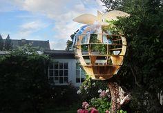 Смотровая площадка в виде яблока на дереве http://faqindecor.com/ru/news/smotrovaya-ploshhadka-v-vide-yabloka-na-dereve/