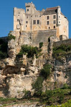 Château de Beynac du XIIème ~ Dordogne ~ France                              …