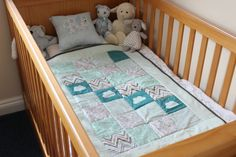 If you're looking to make a special gift, or are awaiting a new arrival soon, this baby quilt is a fantastic project to get you started with quilting! Quilt Baby, Cot Quilt, Quilting Projects, Sewing Projects, Sewing Tips, Sewing Ideas, Diy Projects, Baby Craddle, Wood Crib