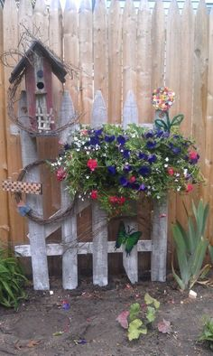Ideas for Decorating your Garden Fence (DIY) , fence decor backyard: garden decor ideas (garden fence ideas) Source by , Diy Garden Fence, Garden Crafts, Garden Gates, Lawn And Garden, Garden Projects, Garden Landscaping, Garden Ideas, Landscaping Ideas, Wooded Backyard Landscape