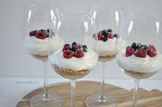 Witte chocolade cheesecake in een glas / white chocolate cheesecake in a glas Köstliche Desserts, Delicious Desserts, Yummy Food, Tapas, Snack Recipes, Dessert Recipes, Snacks, Chocolate Cheesecake, Chocolate Cupcakes
