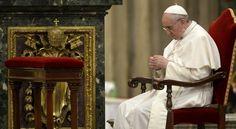 El Papa Francisco rezando el Rosario