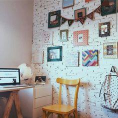 Um pedacinho do home office lindo da @isabelamarques O mais legal é a parede de tijolos, que não é aplicação ou papel de parede. São tijolinhos mesmo, a mesma parede da sala ❤ #decorfeelings