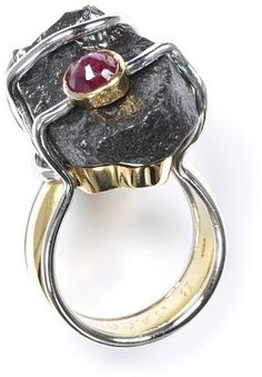 Bernadine Jacot: Ring, Yellow and white gold, cast, soldered and constructed. The white gold is rhodium-plated. Rough carbonado diamond and faceted ruby. 1996.