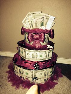Sweet money cake Money Birthday Cake, Money Cake, 70th Birthday, Birthday Gifts, Money Creation, Money Bouquet, Cake Centerpieces, Creative Money Gifts, Mother's Day Projects