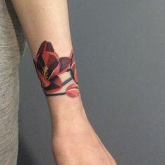 I LOVE this wraparound tulip tattoo!!!