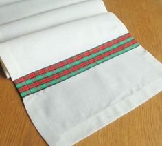 linen table runner with tartan ribbon detail #Christmas