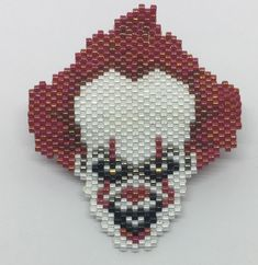 Pennywise hecho con delicas 11/0 de la marca Miyuki. Seed Bead Patterns, Perler Patterns, Beading Patterns, Perler Bead Art, Perler Beads, Halloween Earrings, Beading Ideas, Brick Stitch, Kandi
