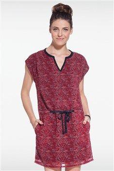 À défaut de voyager, explorez des contrées lointaines grâce à cette robe d'inspiration ethnique. Son col tunisien et son imprimé batik réveillent notre côté baroudeur. L'Indonésie n'est plus qu'à une portée de clic. Coupe légèrement évasée en bas. Col tunisien. Manches courtes. Taille marquée. Doublure. Ceinture satinée à nouer devant. Imprimé batik all-over.<br/>