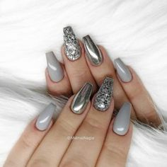 Silver Chrome nails have become more and more popular in recent years. Silver Chrome nails are the latest technology used by all fashionable women. They use some silver and metal nails to make them look like silver. Have you tried silver chrome na Grey Nail Art, Gray Nails, Glitter Nail Art, Grey Art, Silver Acrylic Nails, Glitter Mirror, Silver Glitter Nails, Metallic Nails, Black Silver Nails
