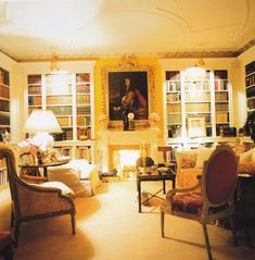 The library in Annette and Oscar de la Renta's NY apartment. Interior Stairs, Interior And Exterior, Interior Design, Library Bedroom, Tiny House Luxury, Classic Library, Classic Living Room, Kitchens And Bedrooms, American Houses