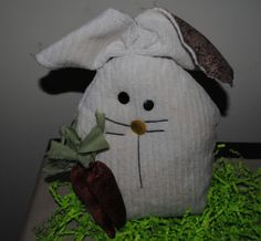 Free bunny sewing pattern for the primitive Drake the bunny that is easy to sew!
