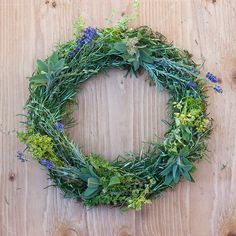 Step-by-step to make an herb wreath to hang in your kitchen and harvest sprigs for cooking. The herbs will dry on the wreath form, preserving the flavor. Diy Fall Wreath, Holiday Wreaths, Spring Wreaths, Wreath Ideas, Faux Flowers, Dried Flowers, Fresh Wreath, Lavender Wreath, Lavander