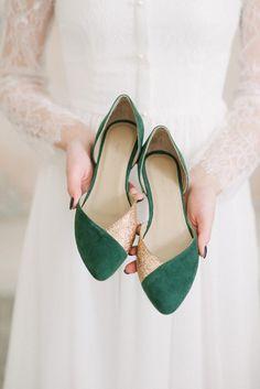 Wedding shoes emerald wedding shoes bridal ballet flats low - Green Dresses - Ideas of Green Dresses Outdoor Wedding Shoes, Fall Wedding Shoes, Converse Wedding Shoes, Wedge Wedding Shoes, Bridal Flats, Bride Shoes, Gold Wedding, Wedding Jewelry, Wedding Decor