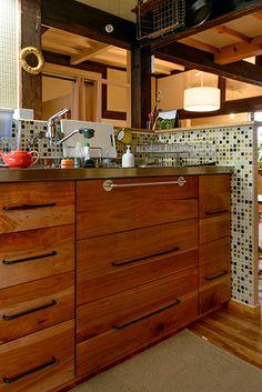 造作したキッチンはシンクの高さと広さにこだわった。引き出しもワタナベさん作