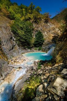 Mavi göl/Giresun/// Kireç taşları ve sodalı suyun etkisiyle turkuaz renkte akan derede oluşan Mavigöl, Giresun-Şebinkarahisar yolu üzerinde yer alıyor.