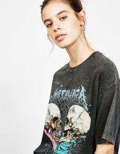 Camiseta efecto lavado Metallica calaveras. Descubre ésta y muchas otras prendas en Bershka con nuevos productos cada semana