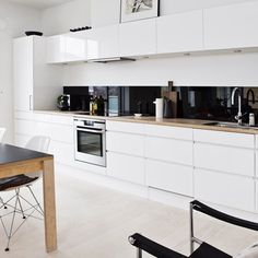 One wall kitchen with sleek shiny black backsplash and white flat front cabinets One Wall Kitchen, Home Decor Kitchen, Kitchen Interior, New Kitchen, Kitchen White, Kitchen Modern, Wooden Kitchen, Black Splashback, Black Backsplash